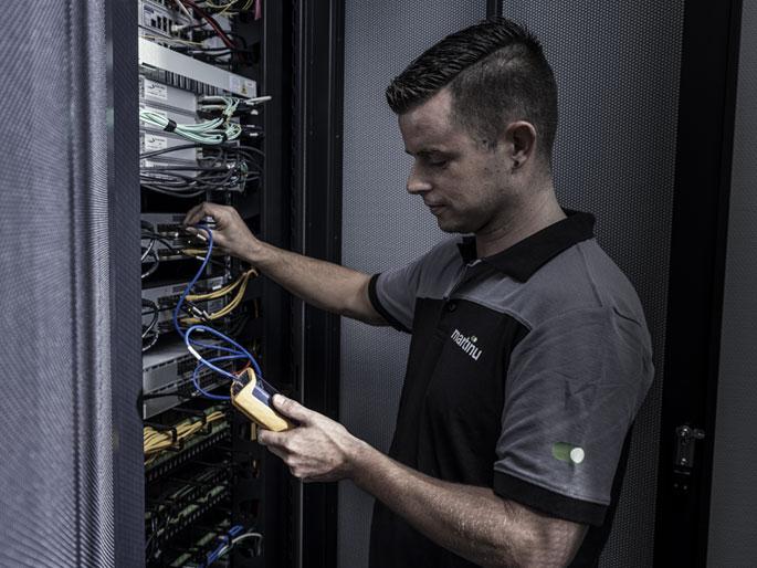 Een vakbekwame technisch installateur van Martinu controleert de werking van een elektrotechnische installatie