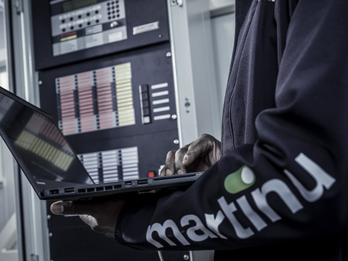 Een monteur van Martinu controleert en optimaliseert de veiligheid van diverse digitale systemen